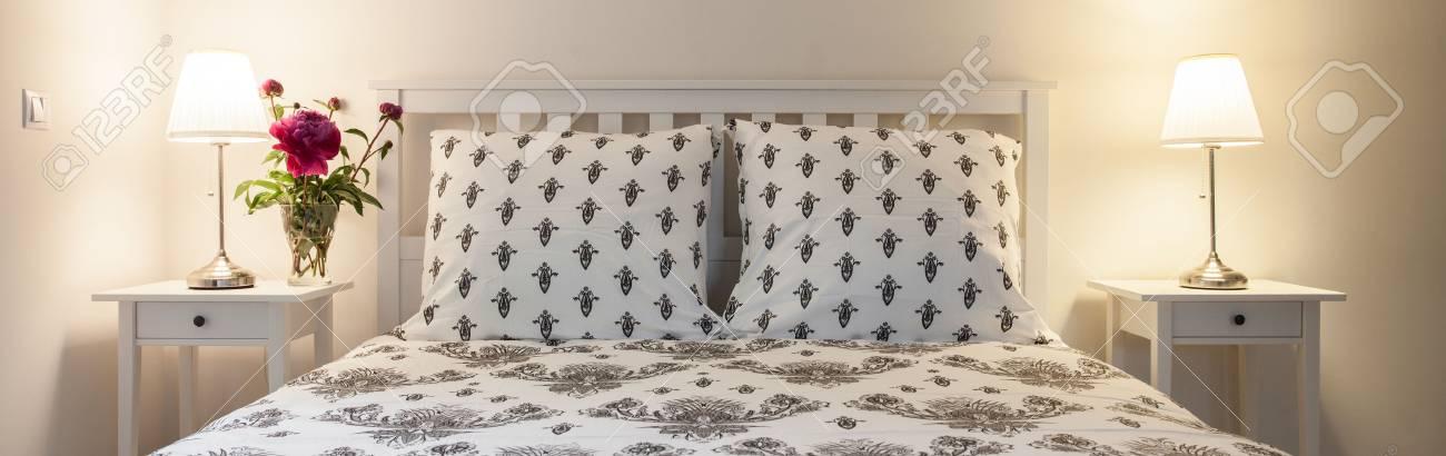 Schöne Weiße Schlafzimmer Mit Lampen Auf Nachttischen Lizenzfreie ...
