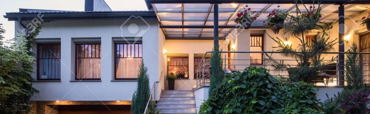 Vue De Face Sur La Maison Moderne De Luxe Avec Véranda Banque D ...