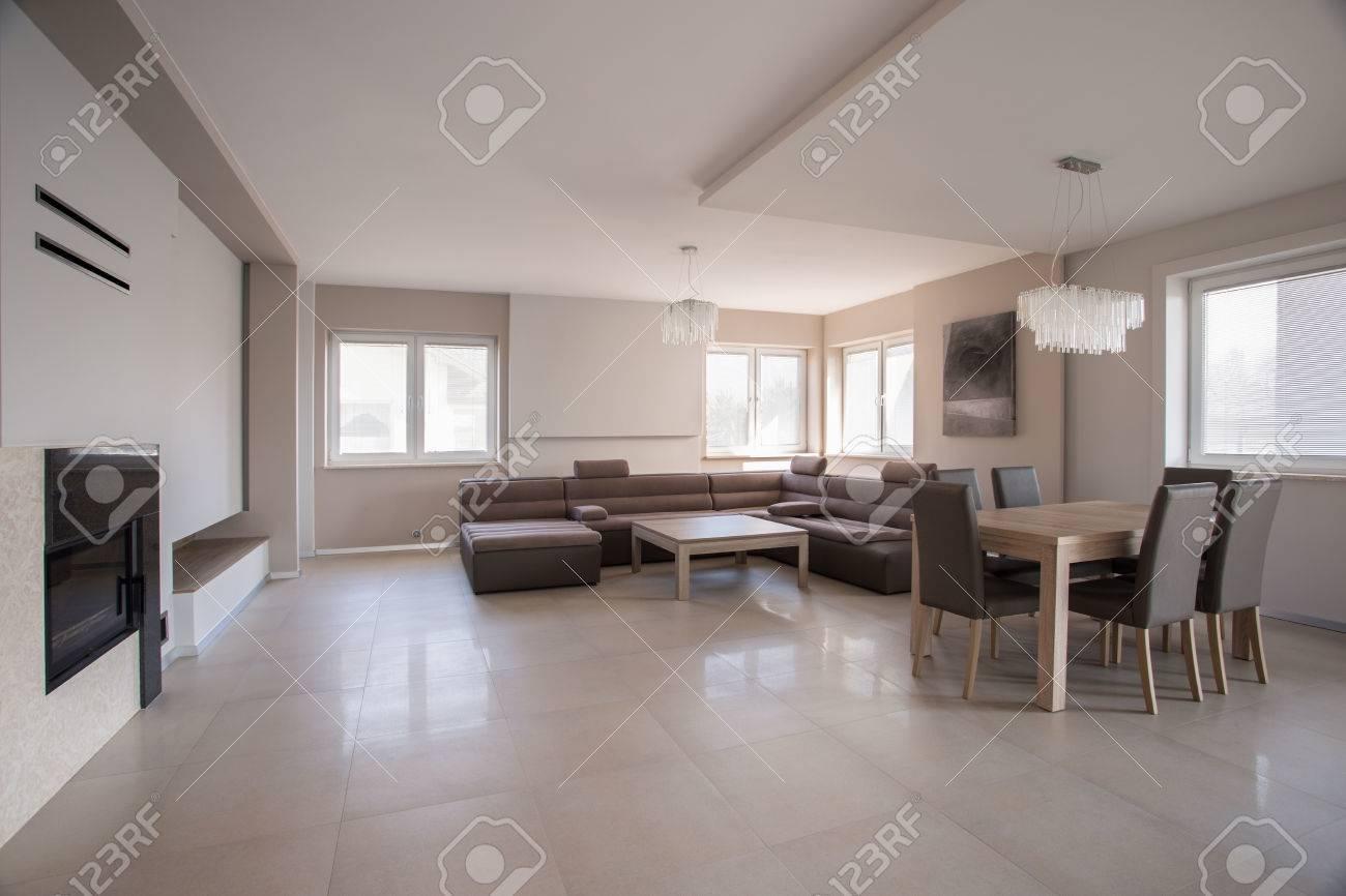 Riesige Geräumiges Wohnzimmer In Modern Eingerichtetes Haus ...