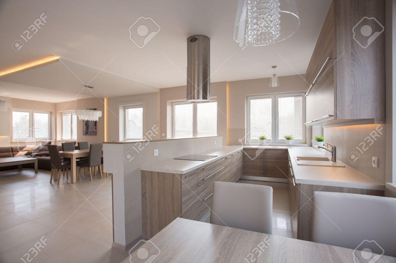 Grey Keuken Houten : Open concept crème beige houten keuken met eethoek royalty vrije