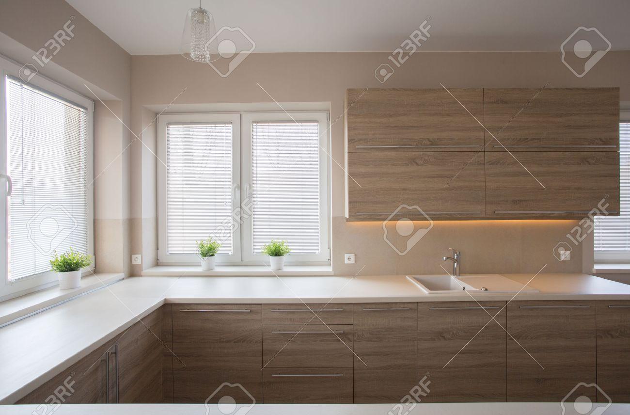 Einfache, Moderne Wohnküche Mit Holzmöbeln Standard Bild   43204572