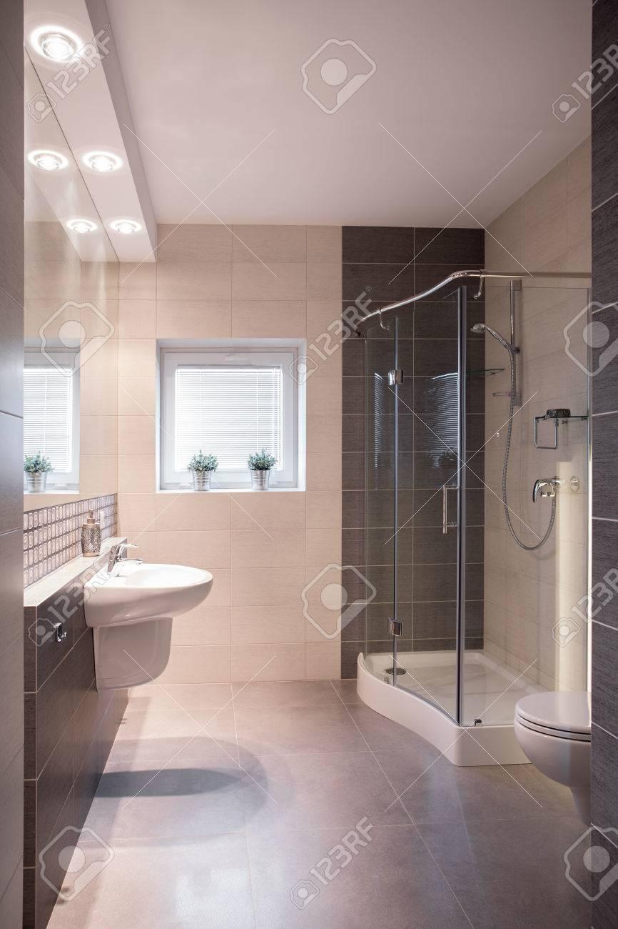 Moderno Cuarto De Baño Amplio Con Ducha Y Una Pequeña Ventana Fotos ...