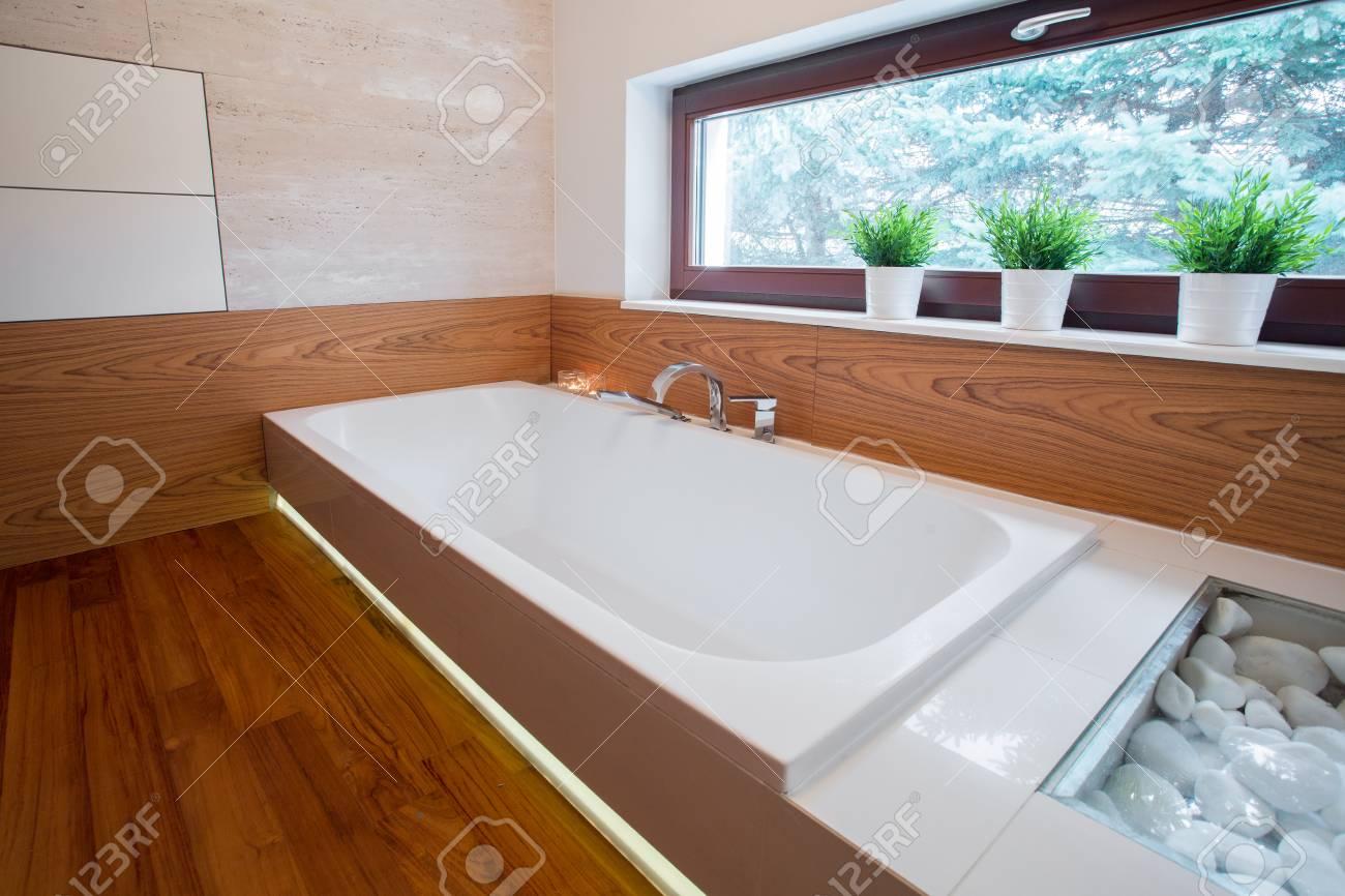 Bild Von Großen Weißen Badewanne In Holz Badezimmer Lizenzfreie ...