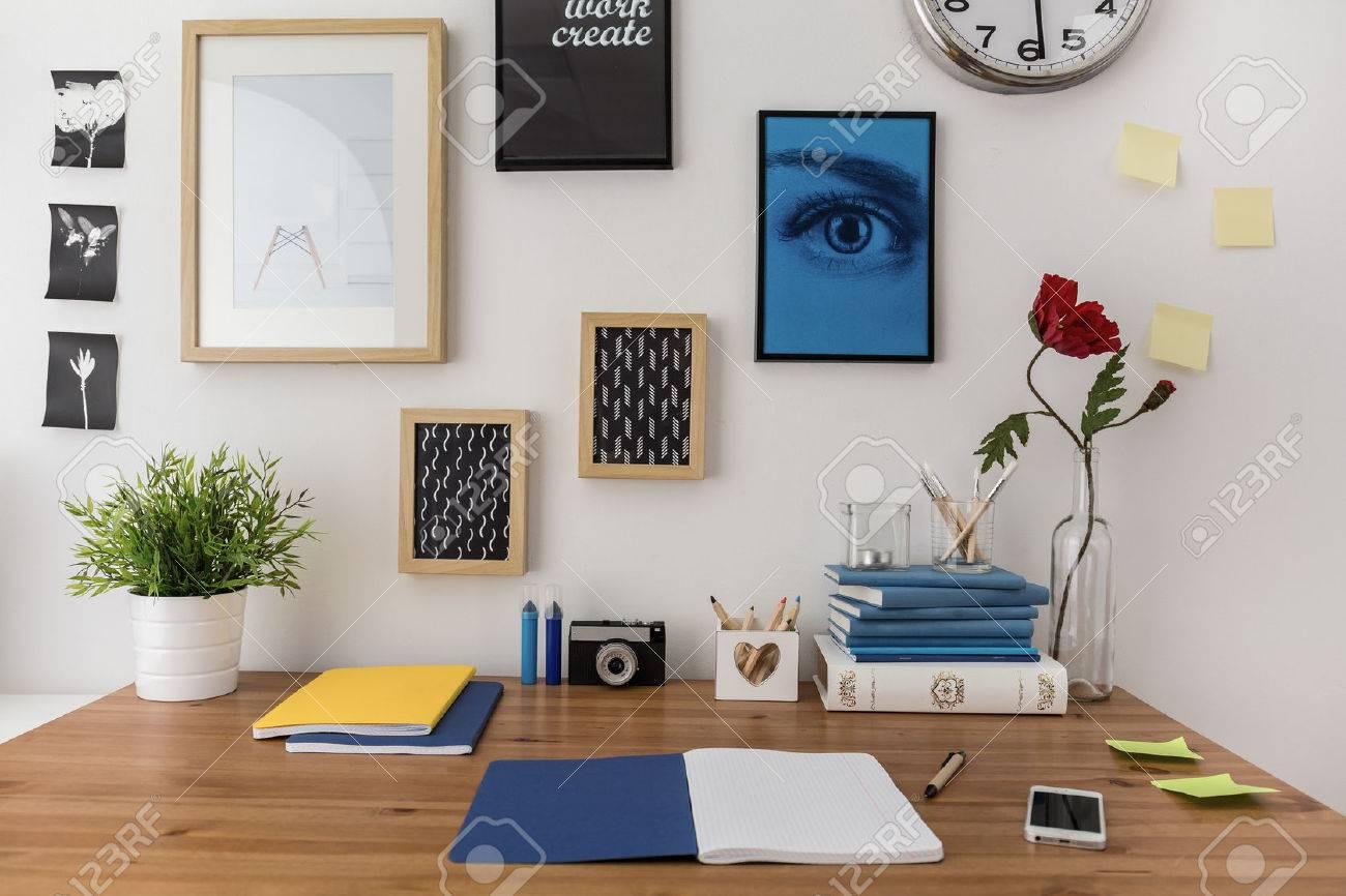Ouvrir ordinateur portable sur le bureau dans la chambre de l