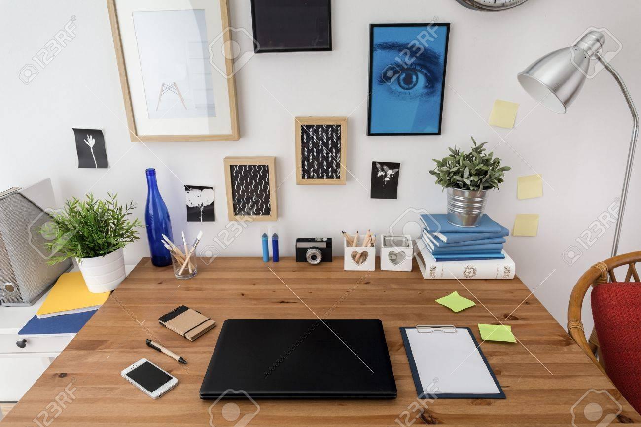 Portable sur le bureau en espace de travail moderne conçu