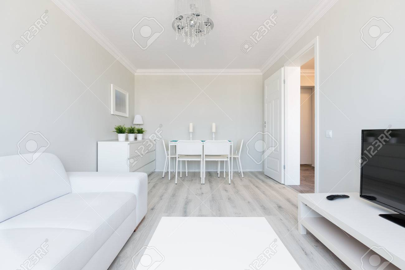Foto Des Modernen Stil Flachen Innenraum Mit Weißen Möbeln ...