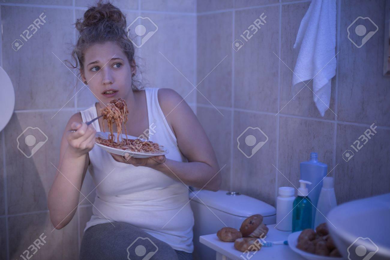 Bild Der Weiblichen Schamen Ihrer Krankheit Zu Essen Im Badezimmer Lizenzfreie Fotos Bilder Und Stock Fotografie Image 43695095