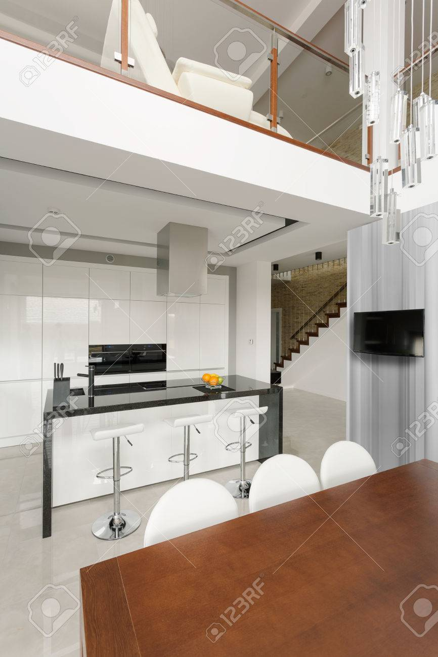 Modern Gestaltete Küche Mit Theke Und Hocker Lizenzfreie Fotos ...