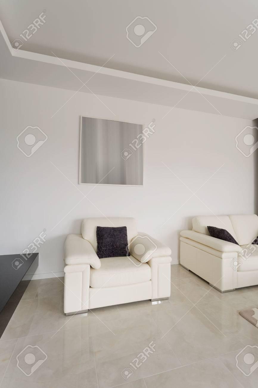 Komfortable Weiße Sessel Im Geräumigen Wohnzimmer Lizenzfreie Fotos