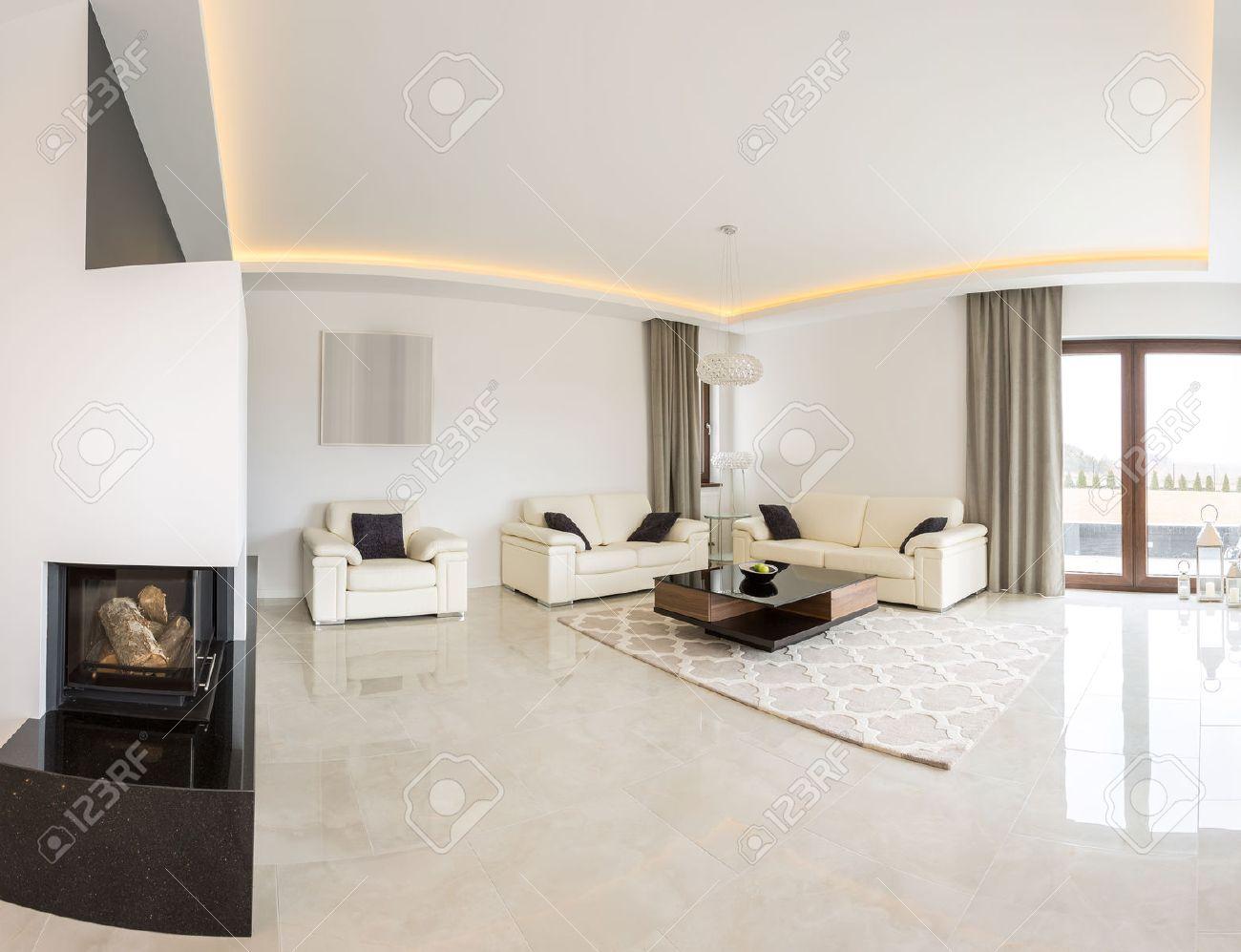 ampio luminoso soggiorno con camino e pavimento in marmo foto ... - Soggiorno Luminoso