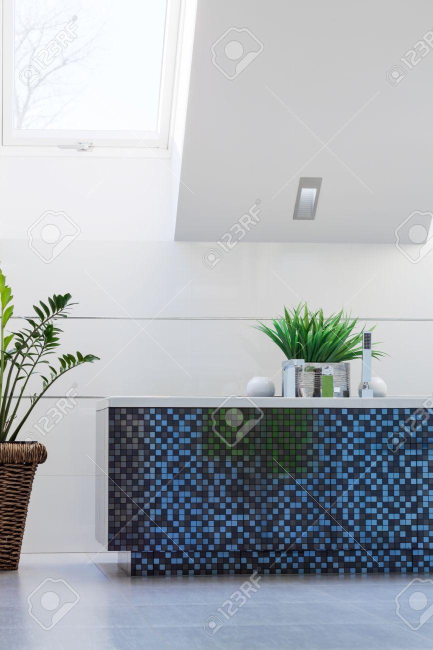 Blaue Mosaik Badewanne In Weiß Sauberes Badezimmer Standard Bild   43692113