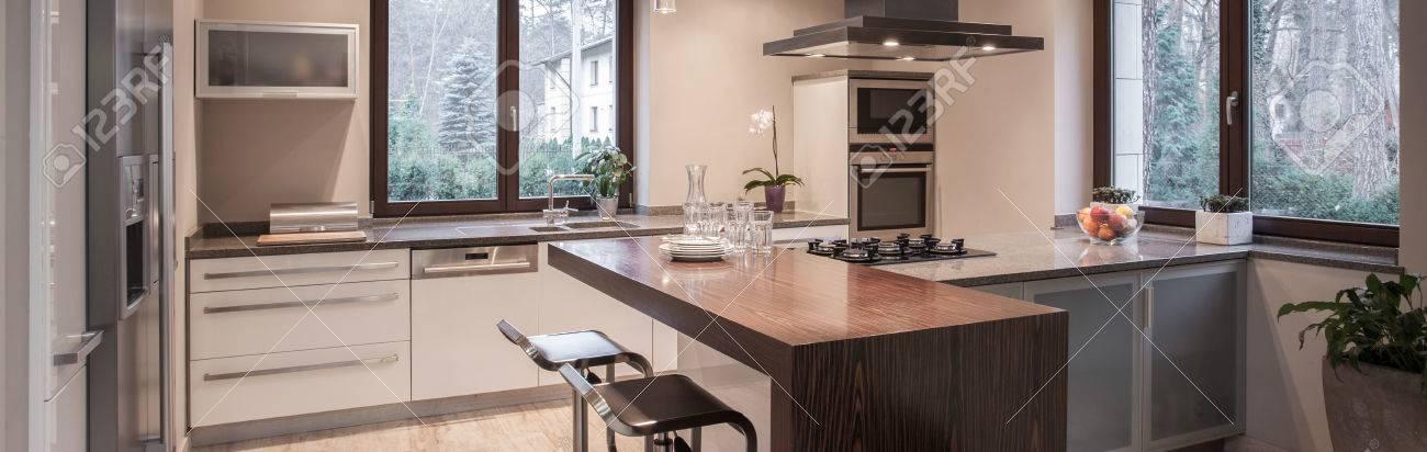 Belle hotte de cuisine moderne dans un style élégant