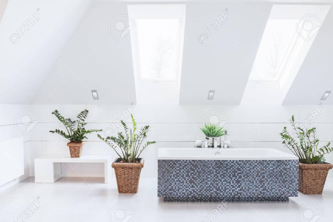 Blanc salle de bains lumineuse avec baignoire bleu mosaïque