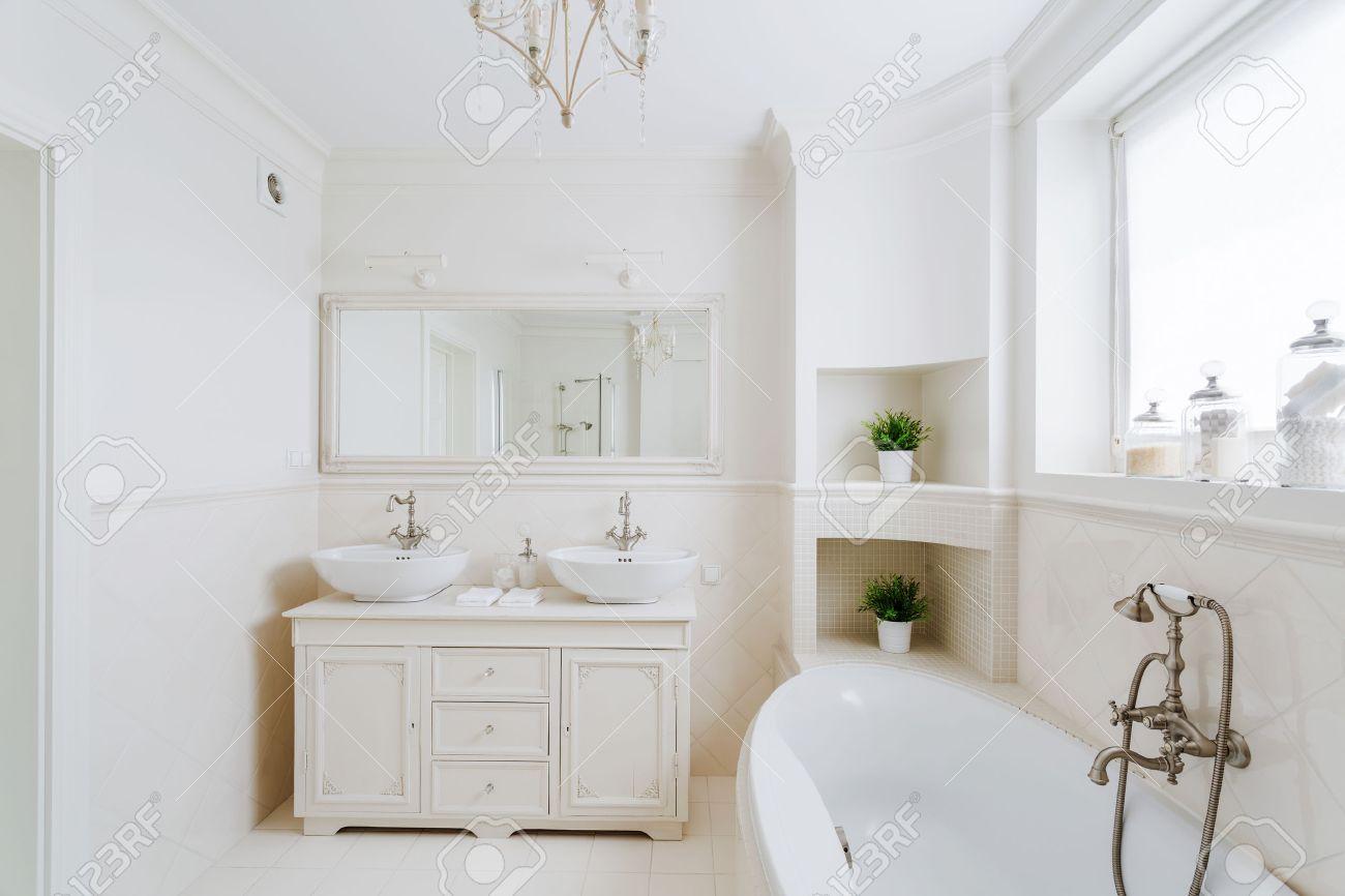Luxus Badezimmer In Der Franzosisch Stil Im Haus Lizenzfreie Fotos