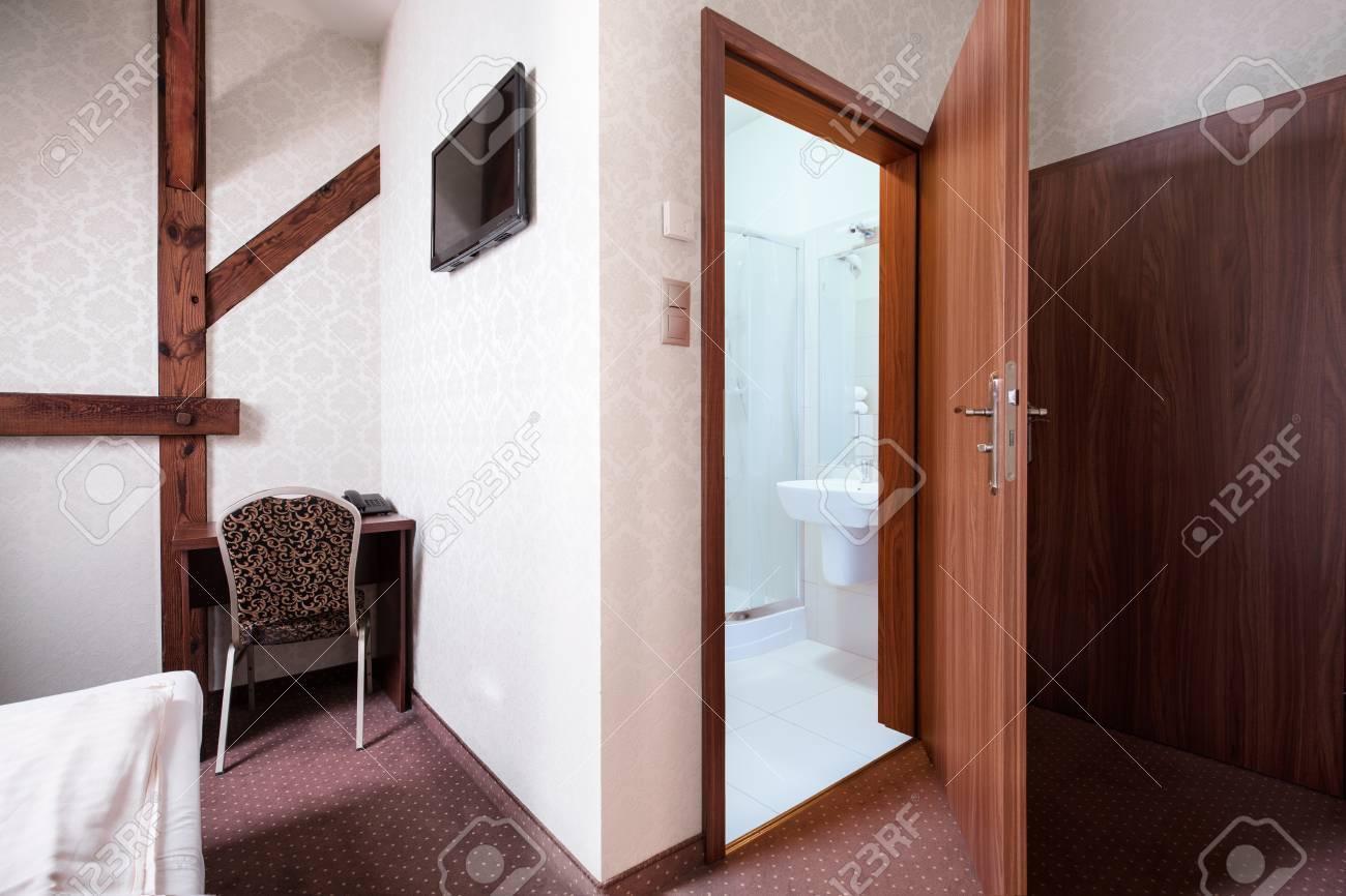 Légante chambre d\'hôtel marron avec salle de bain privée