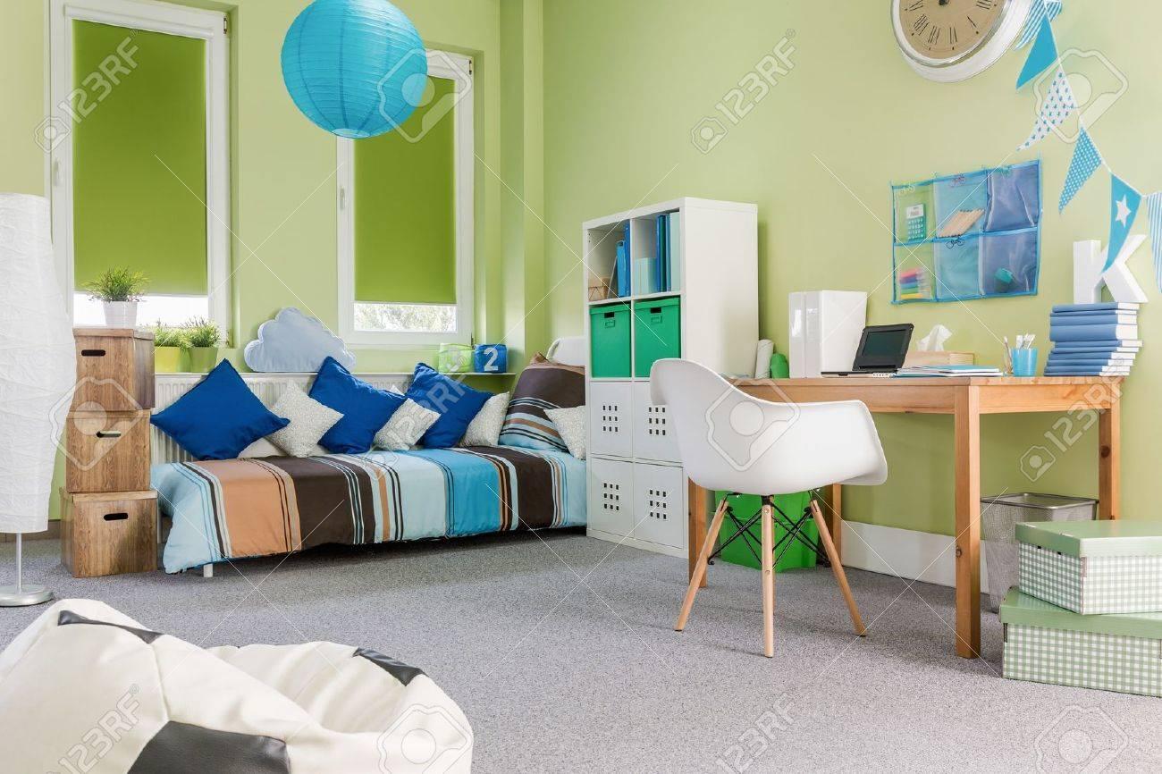 Foto Von Geräumigen Modernen Design Grünen Jungen Zimmer Lizenzfreie ...