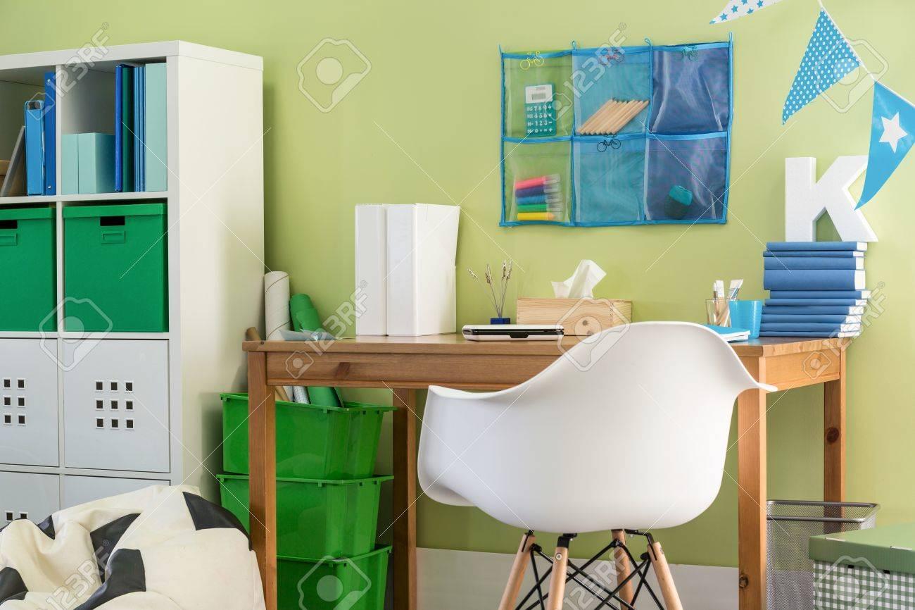 Image de bureau en bois simple et chaise pour les écoliers banque