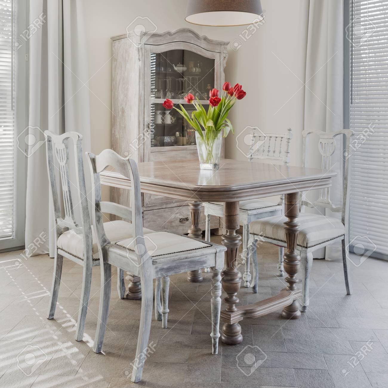 Tulipani sul tavolo in sala da pranzo retrò