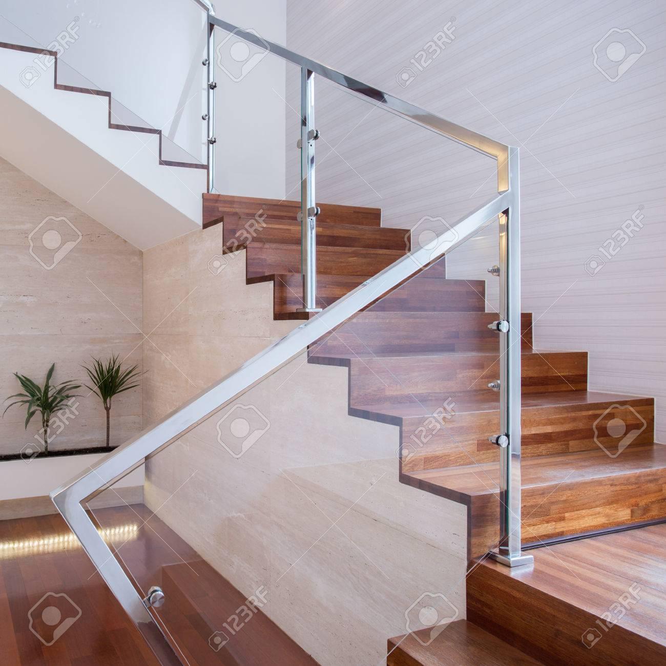 Image De L\'escalier élégant Intérieur Lumineux Maison Banque D ...
