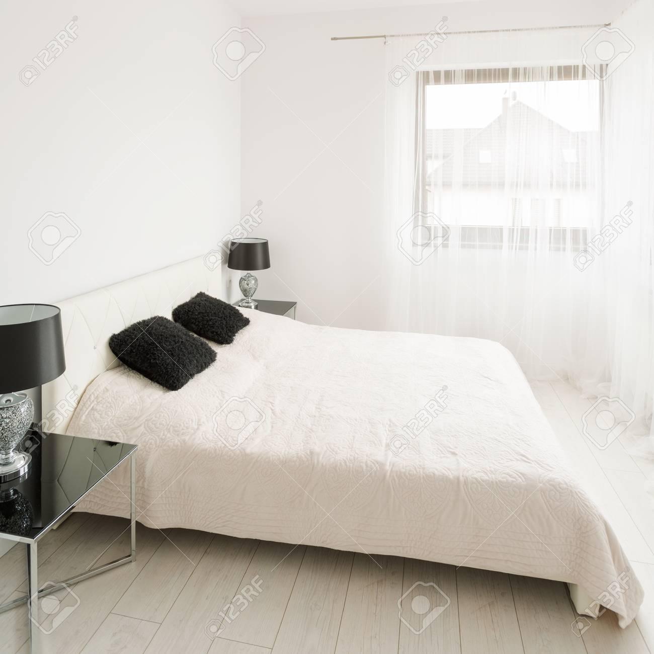 Luxury Schwarz Und Weiss Schlafzimmer Mit Ehebett Lizenzfreie Fotos