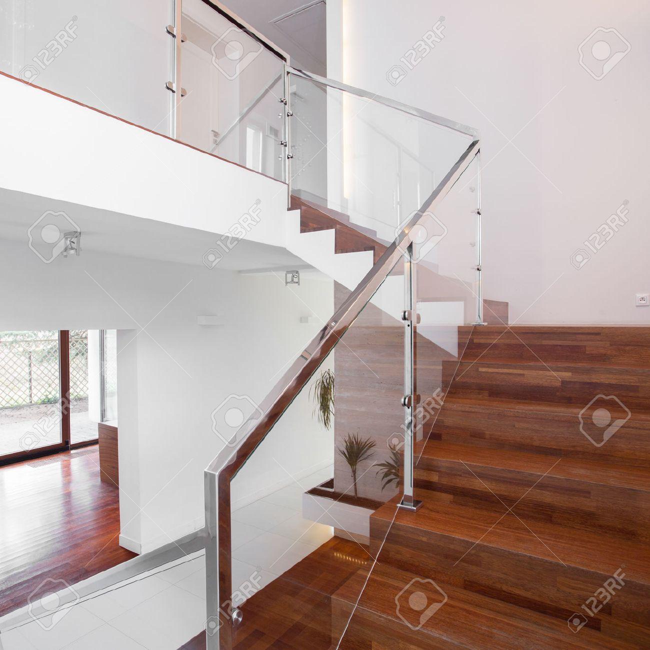 Imagen De Escaleras De Madera Solida Con Elegante Balaustrada De - Escaleras-de-cristal-y-madera