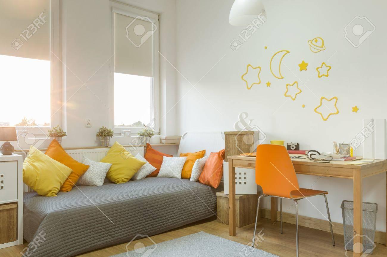 Détails de couleur dans la chambre moderne fille confortable
