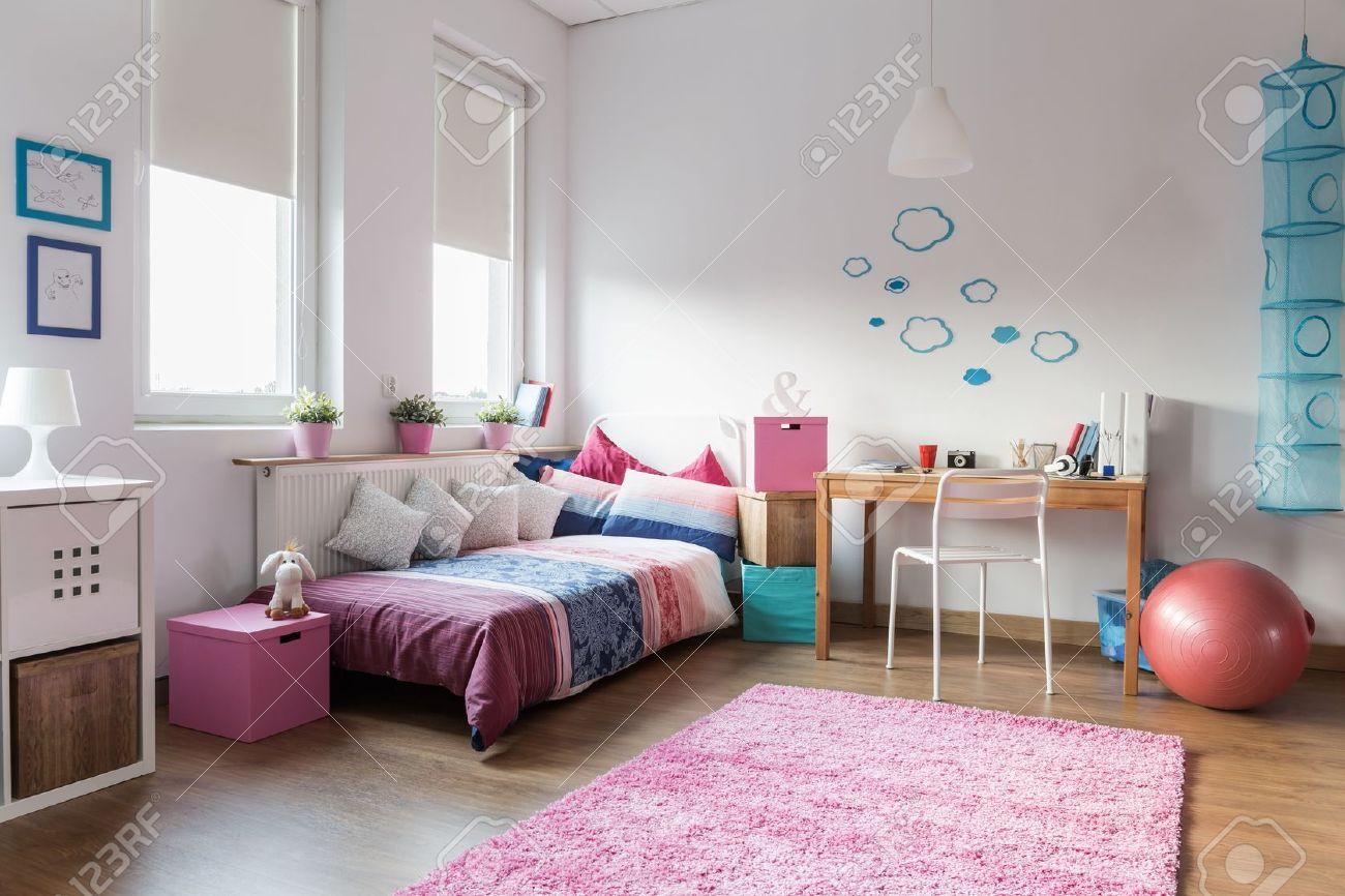 Jugendlich Mädchen, Das Schlafzimmer Und Platz Für Studie ...