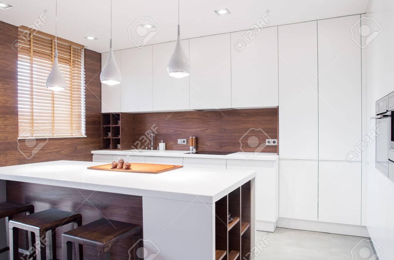 Imagen de diseño moderno y espacioso luz interior de la cocina