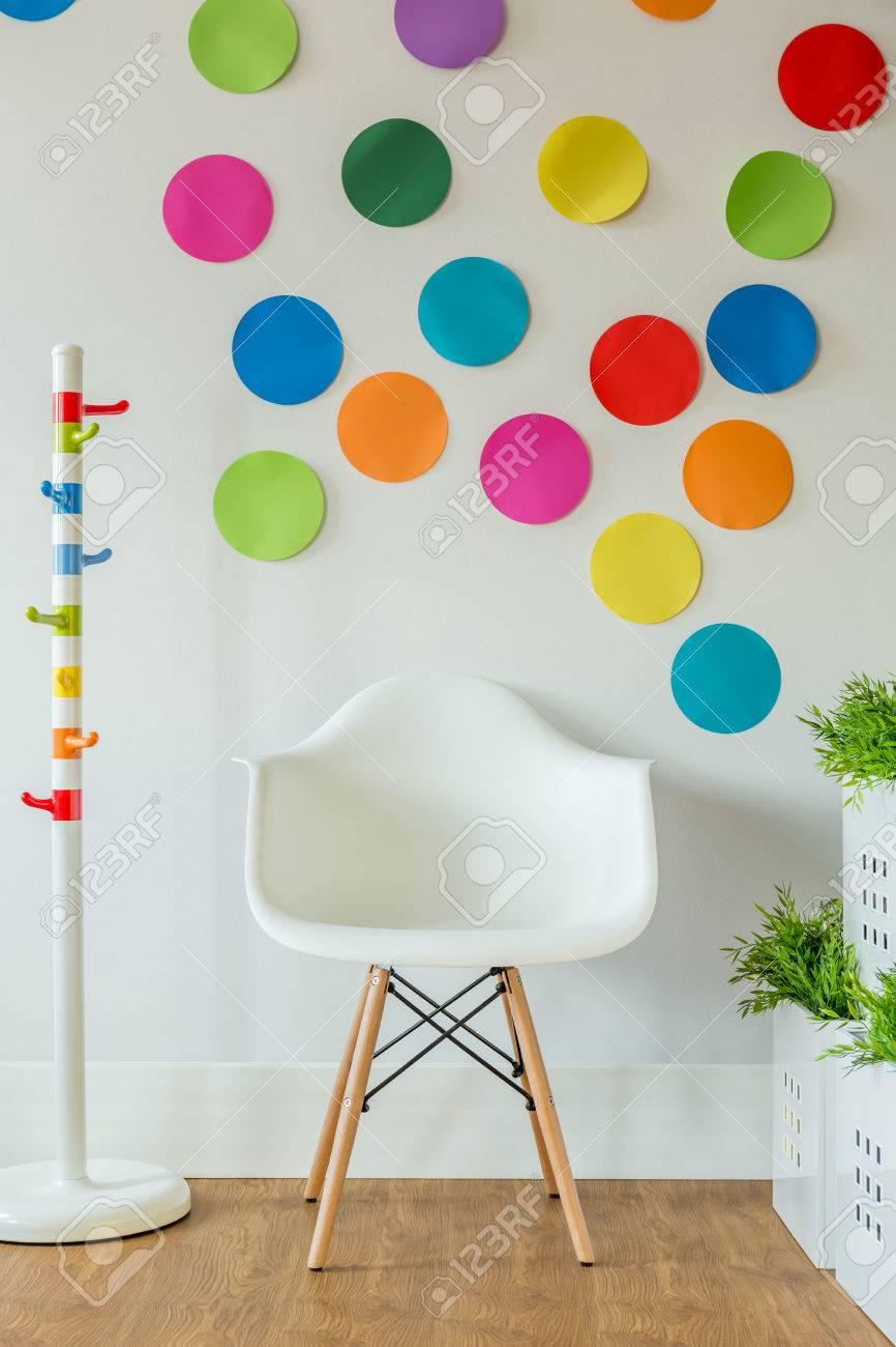 Weißer Stuhl Und Farbflecken An Der Wand In Den Raum Des Kindes