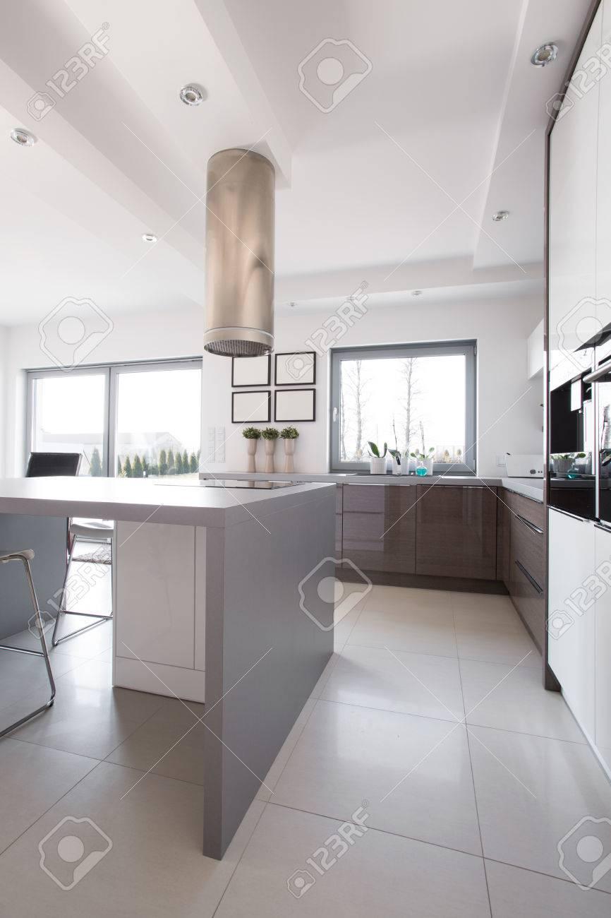 Modernes Design Kuche Interieur In Weiss Und Grau Lizenzfreie Fotos