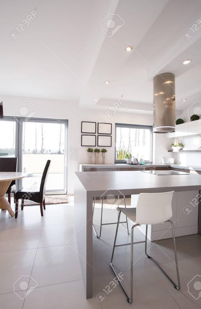 Minimalistische Grau Tisch In Der Modernen Design Kuche Lizenzfreie