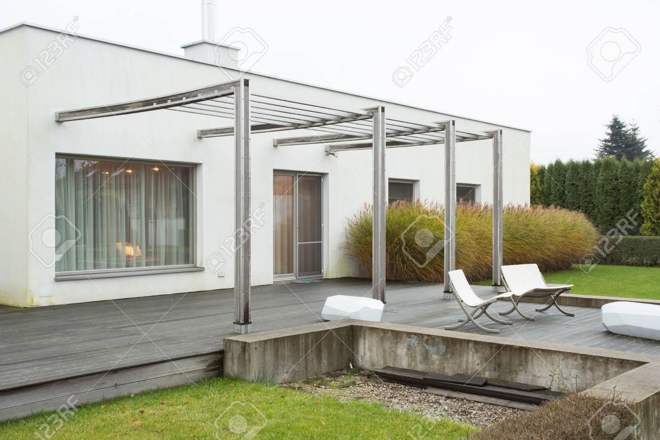 Bild Von Einfamilienhaus Mit Terrasse Schonheit Lizenzfreie Fotos