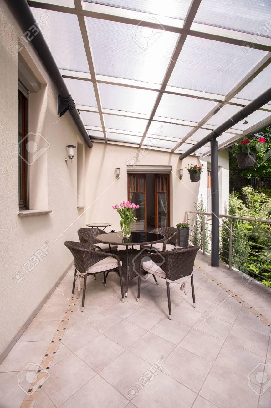 Imagen De Una Terraza Cubierta Con Muebles De Jardín Elegante Fotos ...