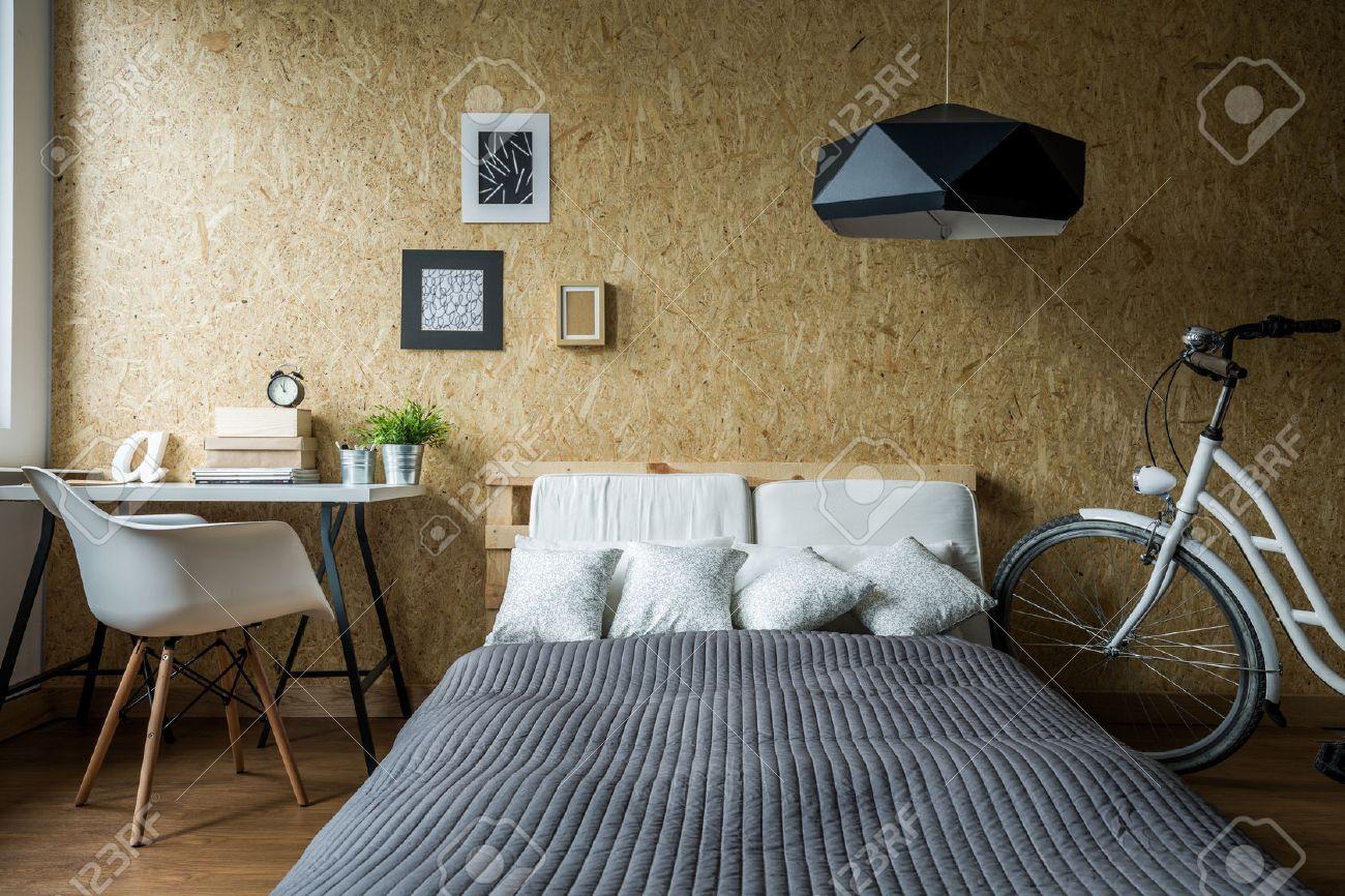 Erstaunlich Pallet Bett Und Holzwand In ökologischen Schlafzimmer Standard  Bild 45382278