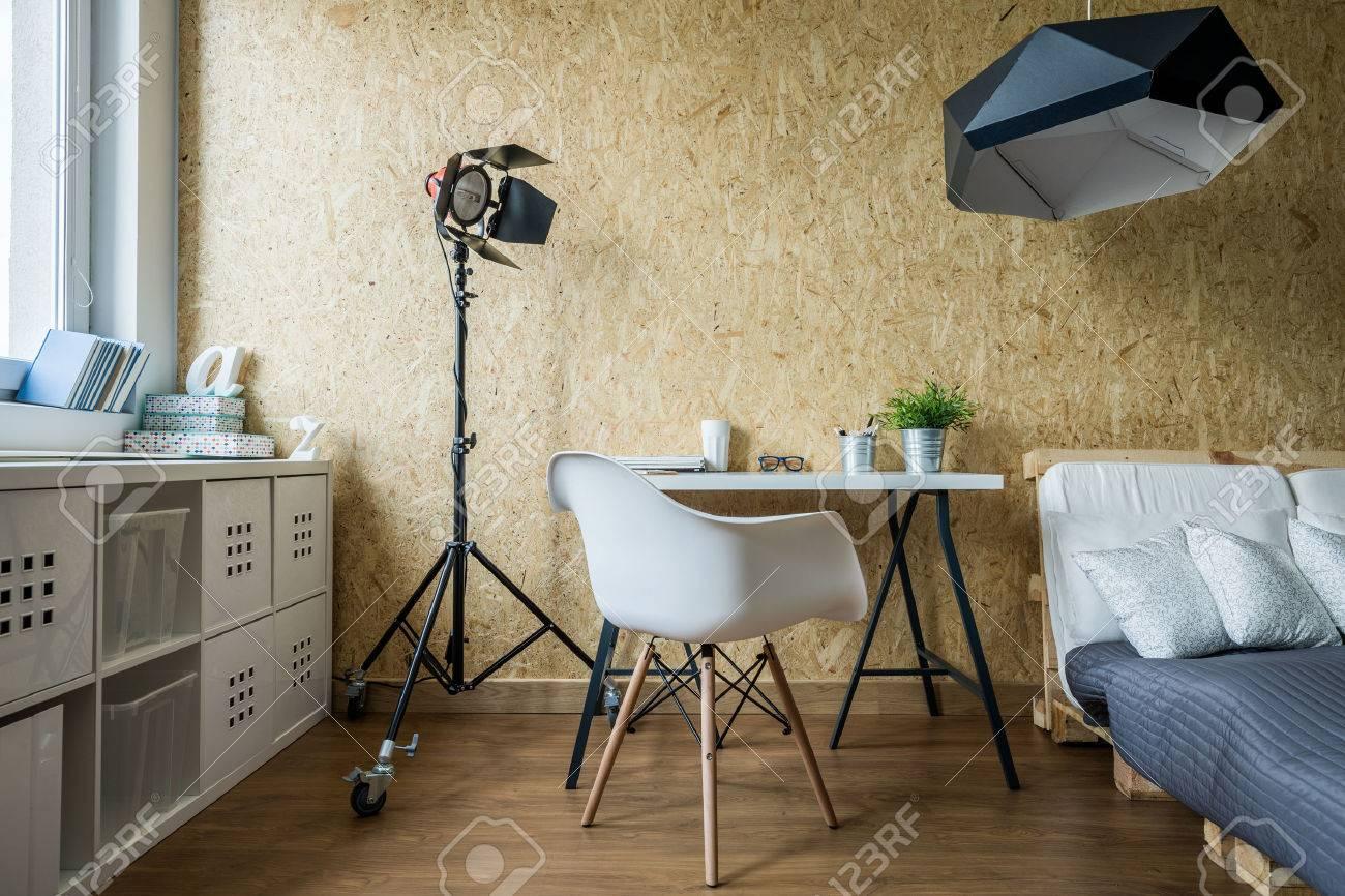 Holzwand Und Einfachen Möbeln Im Zeitgenössischen Schlafzimmer  Standard Bild   45388367