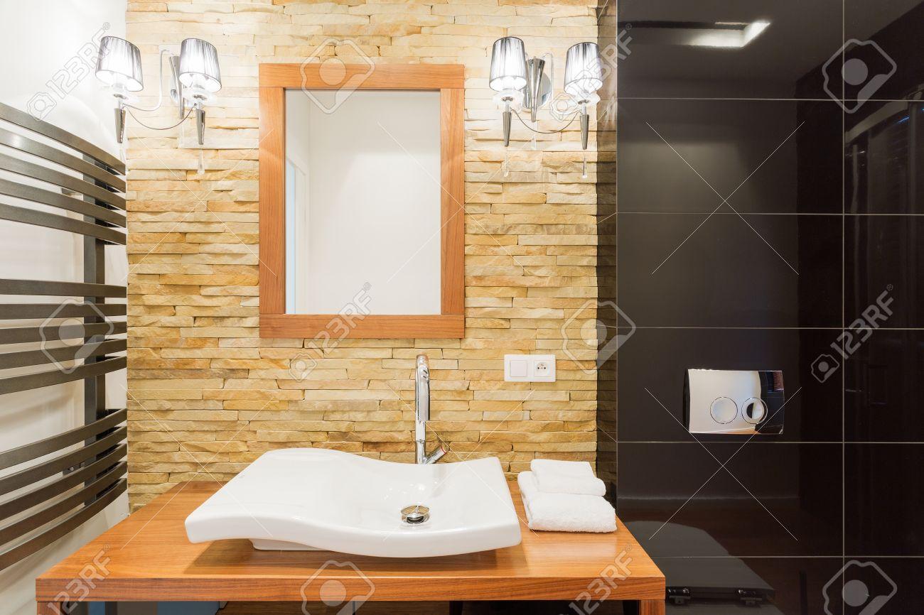 Foto van decoratieve licht stenen muur in nieuwe badkamer royalty ...