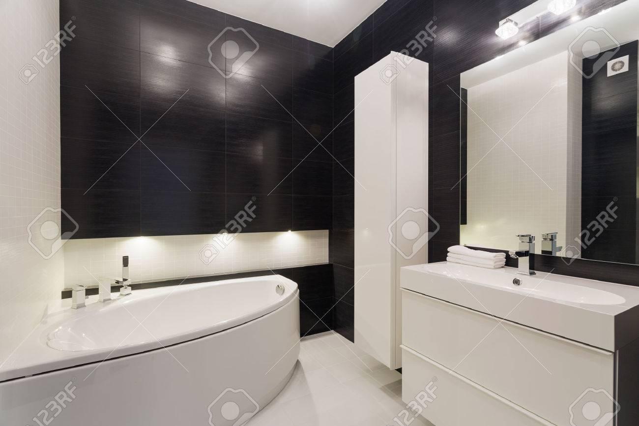 Imagen De Lujoso Cuarto De Baño Blanco Y Negro Con Un Elegante Suelo ...