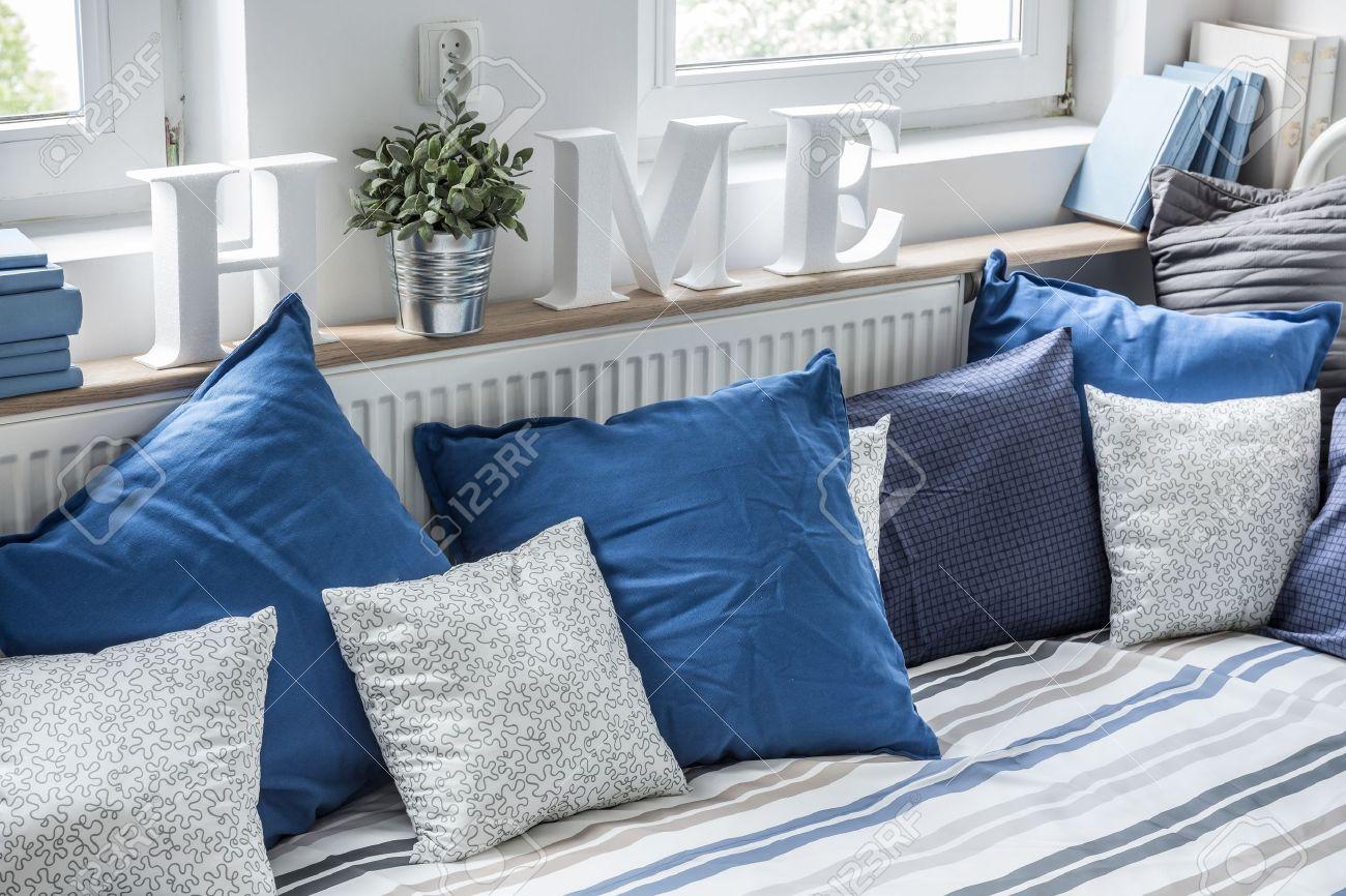 Gemütliches Bett Mit Vielen Kissen In Kinderzimmer Lizenzfreie Fotos