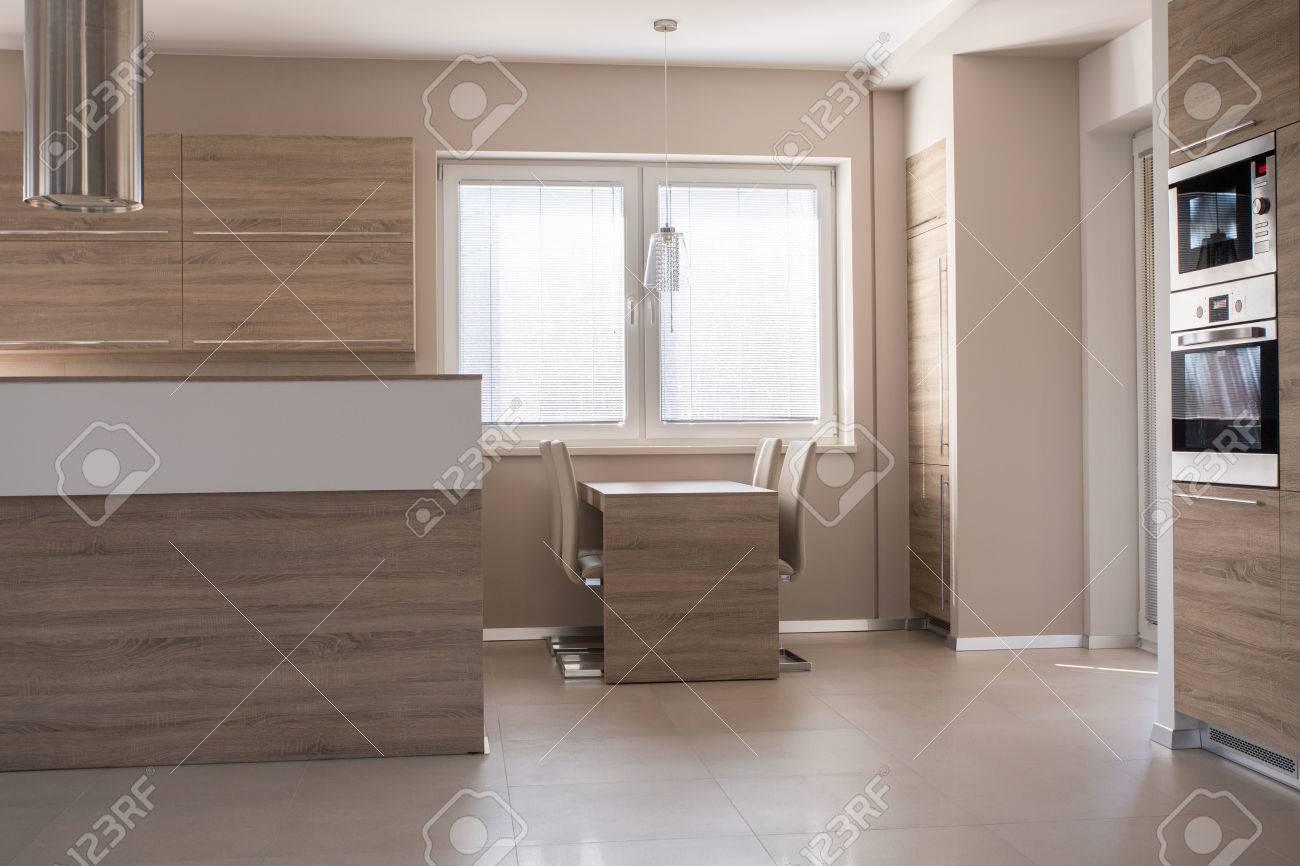 Imagen pequeña mesa de comedor de madera en la zona de la cocina