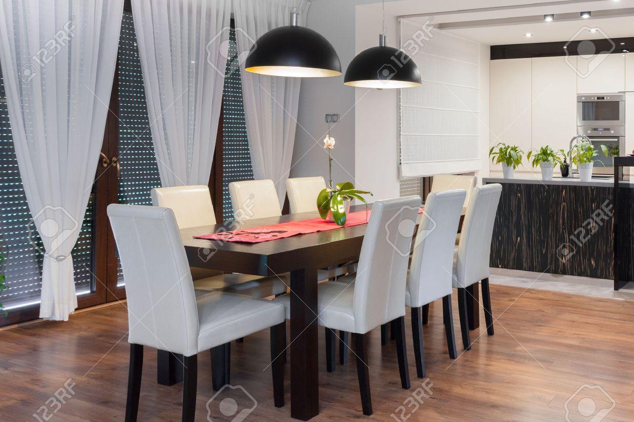 Imagen de la moderna área de diseño comedor con cocina abierta