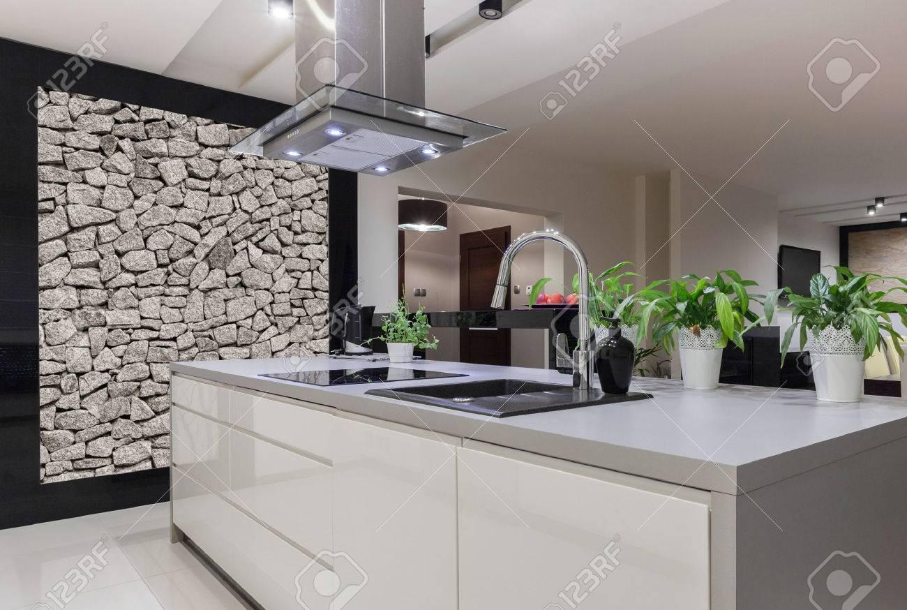 Foto Der Schönen Weißen Küche Insel Mit Dekorativen Wand Lizenzfreie ...