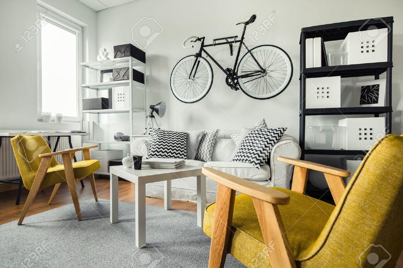 Modernen Raum - Gelbe Sessel In Schwarz Und Weiß Wohnzimmer ... Wohnzimmer Schwarz Gelb