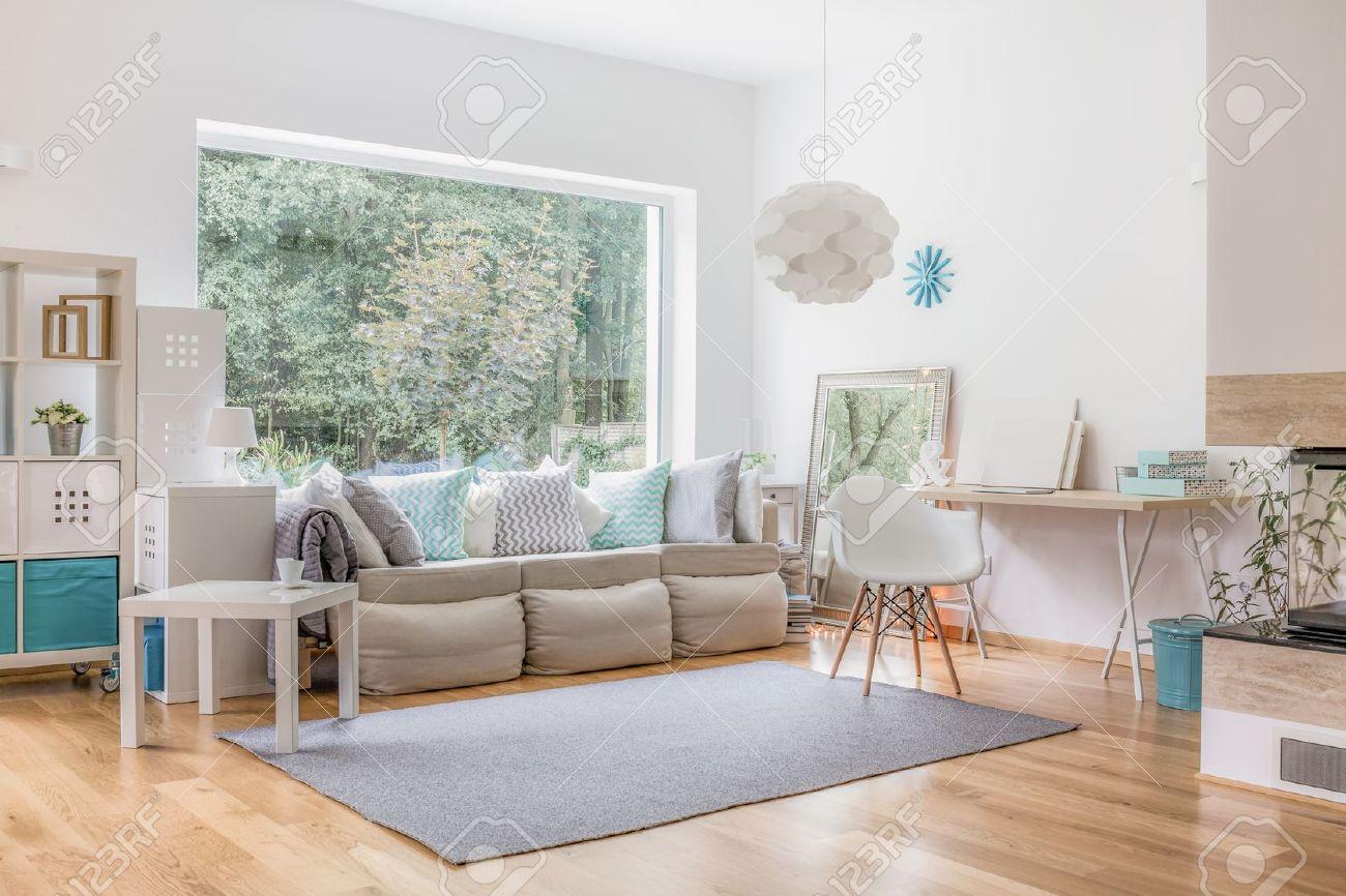 accogliente soggiorno luminoso e grande finestra foto royalty free ... - Soggiorno Luminoso
