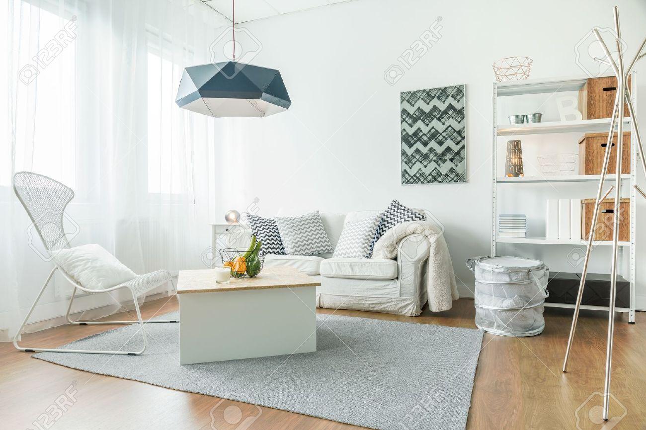 Amazing Trendige Möbel In Kleinen, Gemütlichen Wohnzimmer Standard Bild   49423204