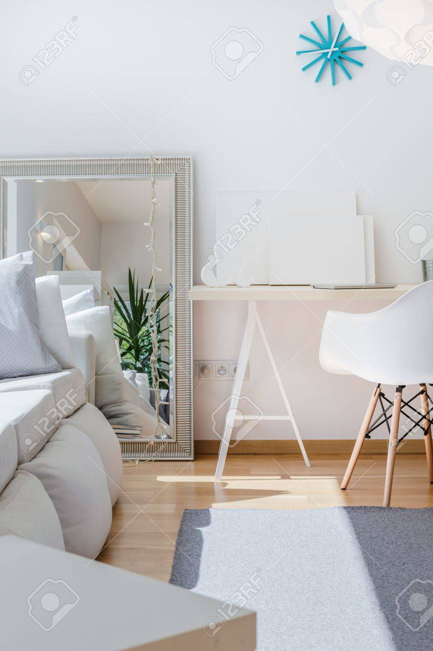 Großer Spiegel im unbedeutenden hellen Wohnzimmer