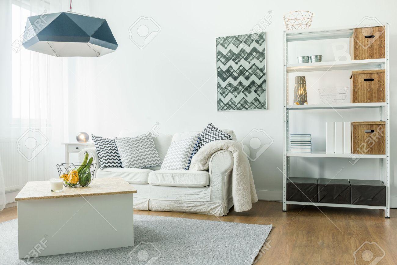 piccola confortevole soggiorno con arredamento minimalista foto ... - Arredamento Minimalista