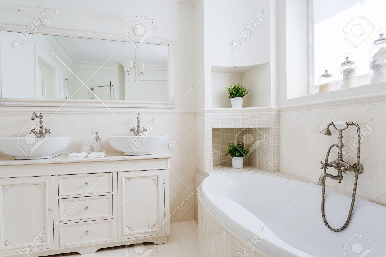 Ljus badrum med två handfat och stor spegel royalty fria ...