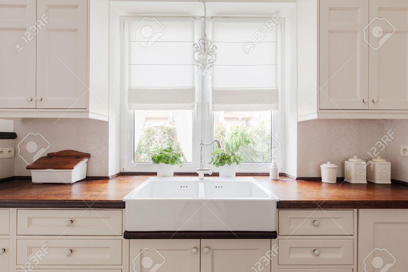 imagen de un mobiliario elegante cocina con encimeras de madera maciza foto de archivo