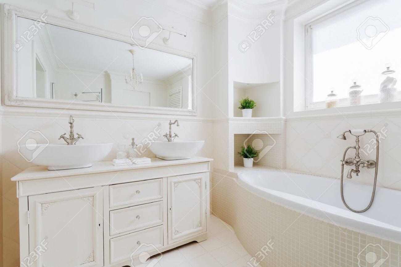 Imagen del nuevo cuarto de baño elegante con accesorios blancos