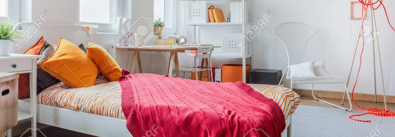 Modernes Buntes Madchenzimmer Mit Grossem Bett Lizenzfreie Fotos
